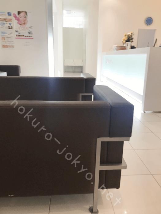 シロノクリニックの炭酸ガスレーザーでのほくろ除去-待合室